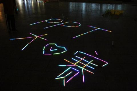 同学们用荧光棒拼成的图案,祝愿大赛圆满成功图片